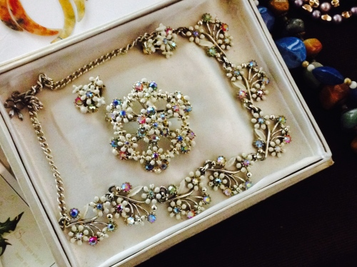I L.O.V.E.D this set, featuring a Necklace, brooch and earrings!
